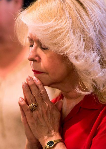 Iris Diaz prays during Mass.